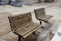 ספסלי עץ ומתכת